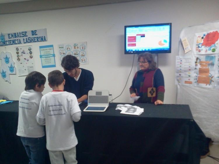 Alumno del Magisterio expuso en La Brújula sobre el uso de Internet