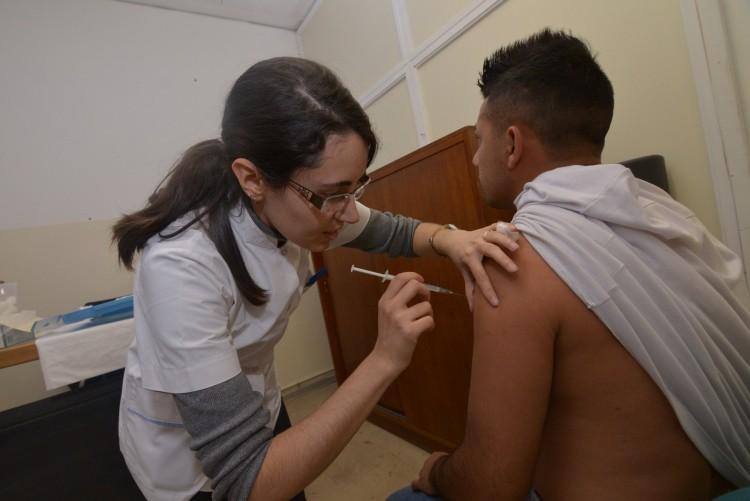 Vacunan para prevenir enfermedades