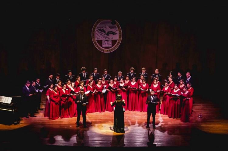 Las voces del Coro Universitario en Los Caminos del Vino
