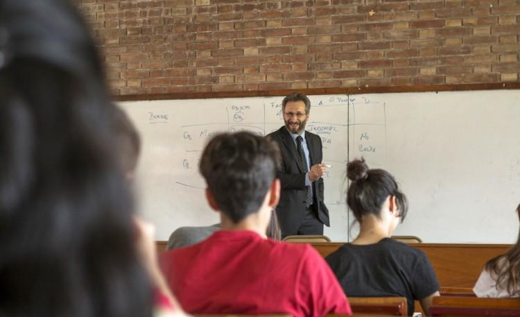La UNCUYO financia a docentes y egresados para realizar posgrados en el exterior