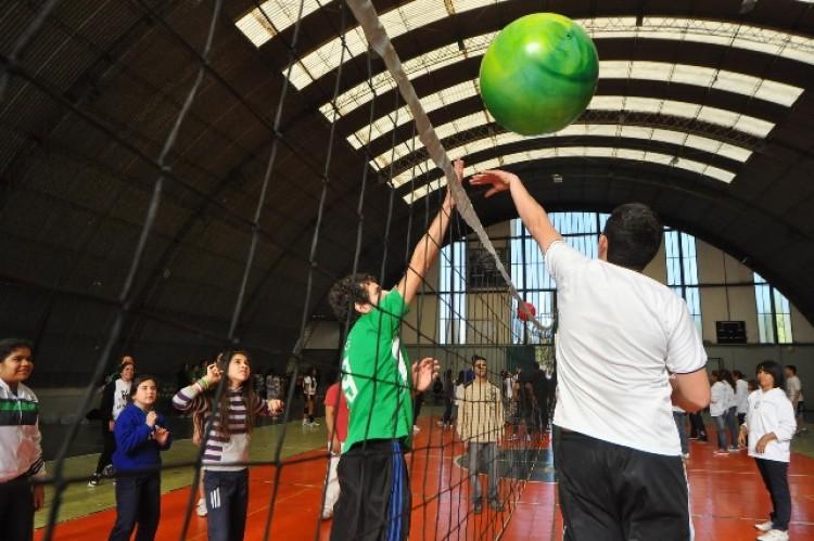 """""""Establecer un vínculo entre la Universidad y los barrios, mediante la recreación y el deporte"""""""