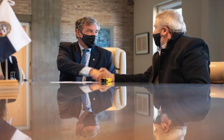Nuevas obras en la UNCUYO: Pizzi firmó el contrato para construir más aulas en la Facultad de Educación