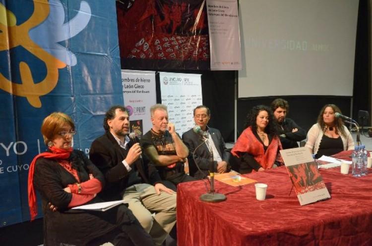 Presentación de un libro de la Ediunc con León Gieco colmó el Teatro Universidad