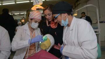 Estudiantes de Odontología aprenden con robots