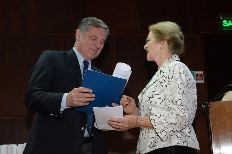 Andrés Bajuk recibió un doctorado honoris Causa póstumo de la UNCuyo