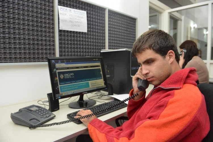 Becan a estudiantes para atender el Call Center de la UNCuyo