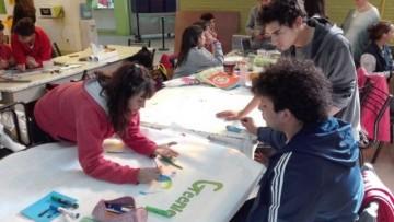 Adolescentes trabajan sobre nuevos hábitos de reciclado