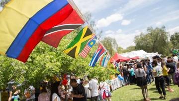 Despliegue de comidas y bailes en una Feria estudiantil