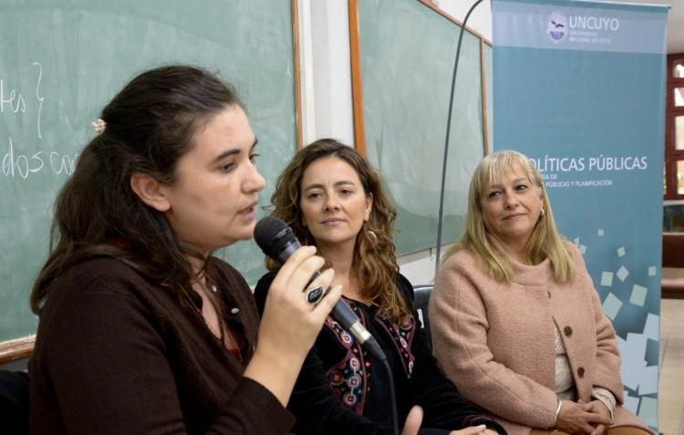 De izquierda a derecha: Silvia Anfuso, Fernanda Bernabé y Mónica Castilla durante la apertura del ciclo de charlas