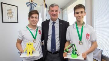 Pizzi felicitó a estudiantes premiados en muestra de ciencia en Brasil
