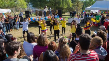 Desfile de sabores y bailes internacionales en una feria estudiantil