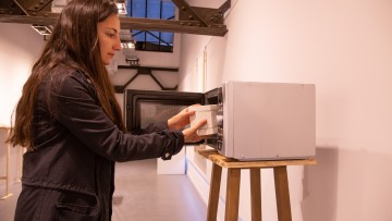 Cocción de cerámica con microondas en vivo para cerrar una muestra artística