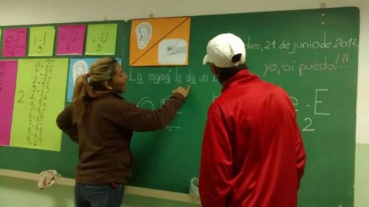 Estudiantes de la UNCuyo alfabetizan a personas adultas