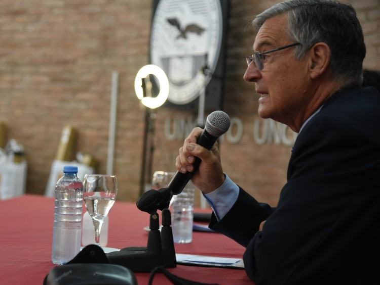 """Pizzi: """"Docentes, su actitud merece ser ponderada como ejemplo para futuras generaciones"""""""