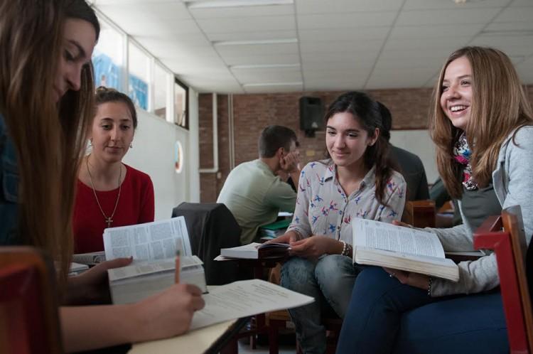 Becarán a estudiantes de Ingeniería y Comunicación Social